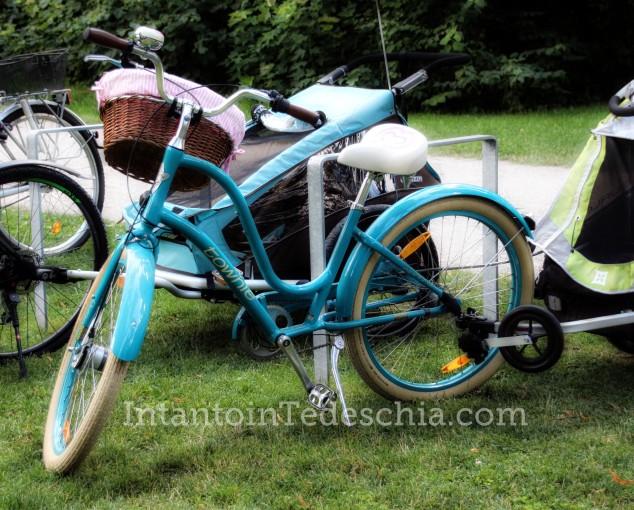 bicicletta baviera azzurra cestino